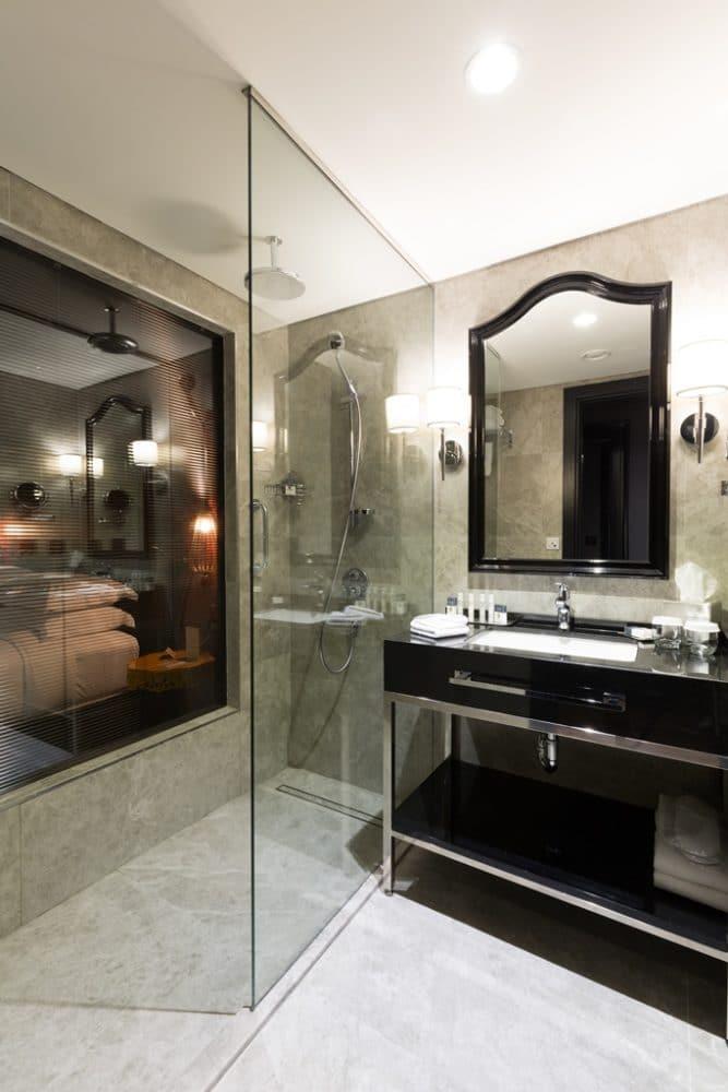 hotelroom 37